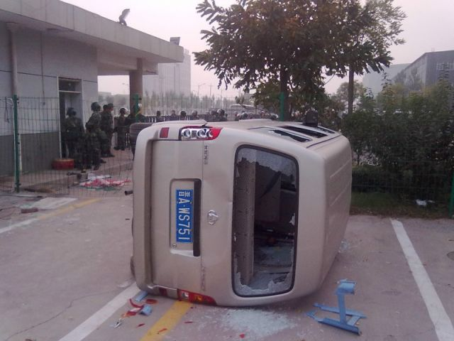 An overturned van in Taiyuan, China molihua.org