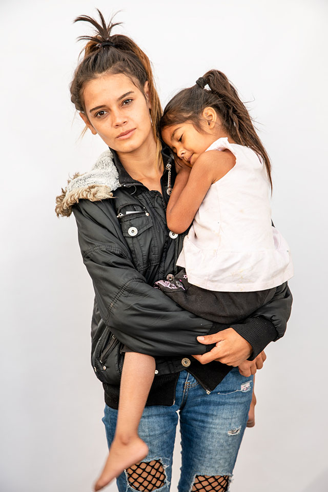 "b9024b2e3a5c1 Kenia Arias, 19, and Sury Belyini Ramos, 4, from Tegucigalpa, Honduras. """