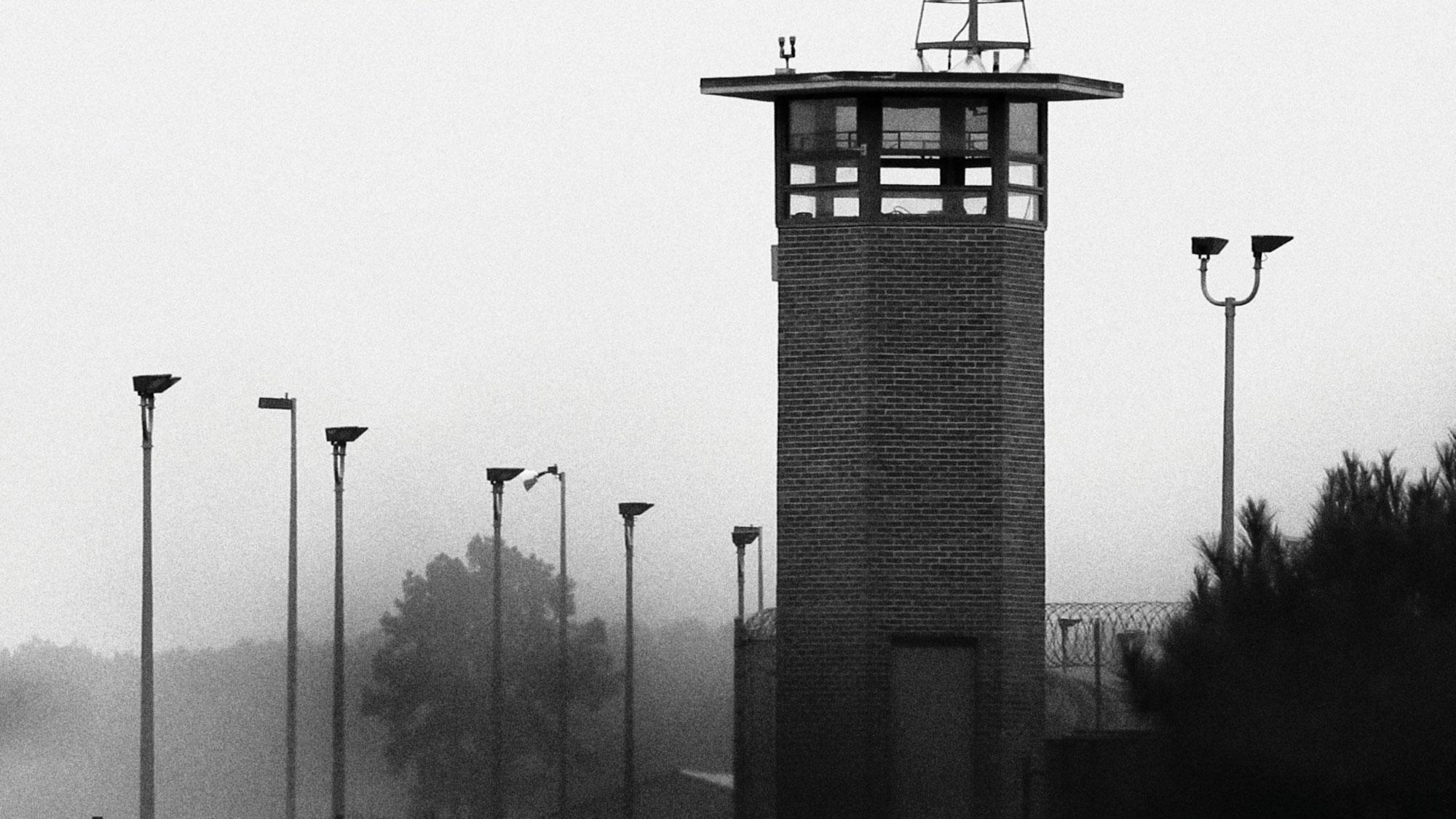 Three prisoners bang the gard