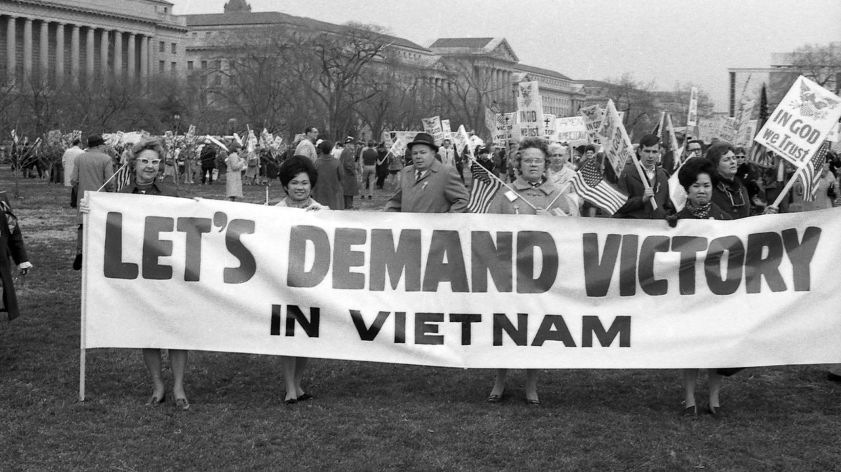 vietnam war protest essays Movements and protests against the us involvement in the vietnam war started small mostly among the pacifist and leftists in campus teach-ins but then began in earnest in 1965 after the us started regular bombings against north vietnam.