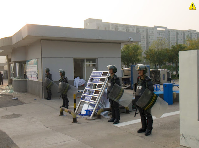 Guards at the Foxconn compound molihua.org
