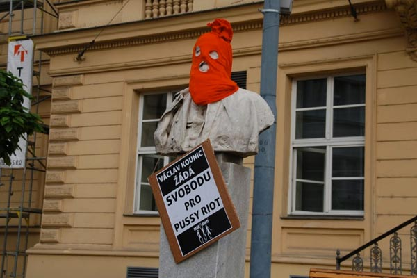 Members of the Independent Social Ecological Movement in Brno, Czech Republic, decorated city statues in balaclavas in June. Nesehnuti/Freepussyriot.org